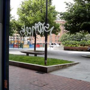 Cristal con grafitti en bilbao_2